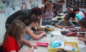 Max-Eyth-Schülerinnen leiten Grundschulkinder beim Experimentieren mit Chemie an
