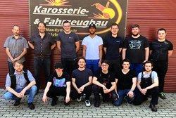 Auf dem Foto die Junggesellen und Prüfer vor den Hallen der Karosserie- und Fahrzeugbauer an der Max-Eyth-Schule Alsfeld