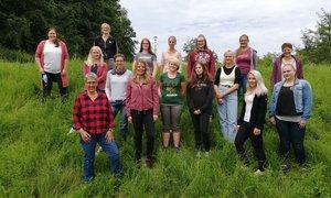 Die zukünftigen Landwirtinnen mit ihren Ausbilderinnen und der Referentin Elisabeth Picker. (© Geiß)