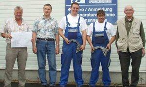 Gruppenbild in der Werkstatt der Firma Hartmann Spezialkarosseriebau in Alsfeld