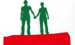 Zwei Menschen, die sich die Hand halten, als Silhouetten