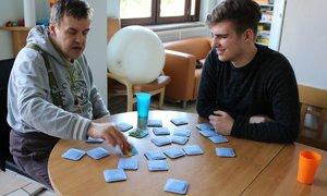 Für Tagesstruktur sorgen – das tut Nicholas Smallwood (rechts) auch spielerisch mit seinen Betreuten.