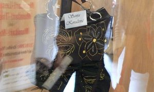Eine bestickte Tasche in der Ausstellung