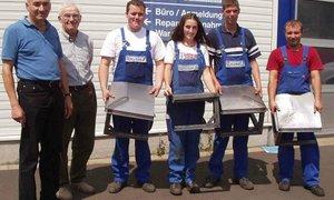 Gruppenbild vor der Werkstatt der Firma Hartmann Spezialkarosseriebau in Alsfeld