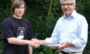 Friedhelm Miebach überreicht Jens Dallmann die Urkunde